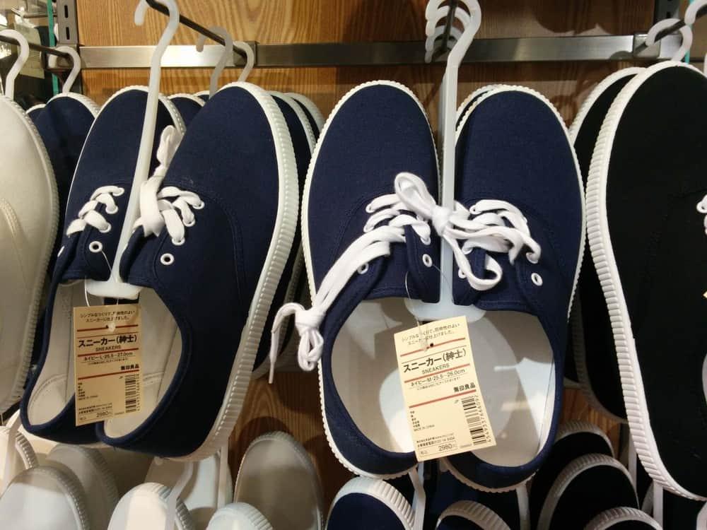 無印にニューバランスのNの部分とったみたいな靴売ってた pic.twitter.com/6sOgInChE7
